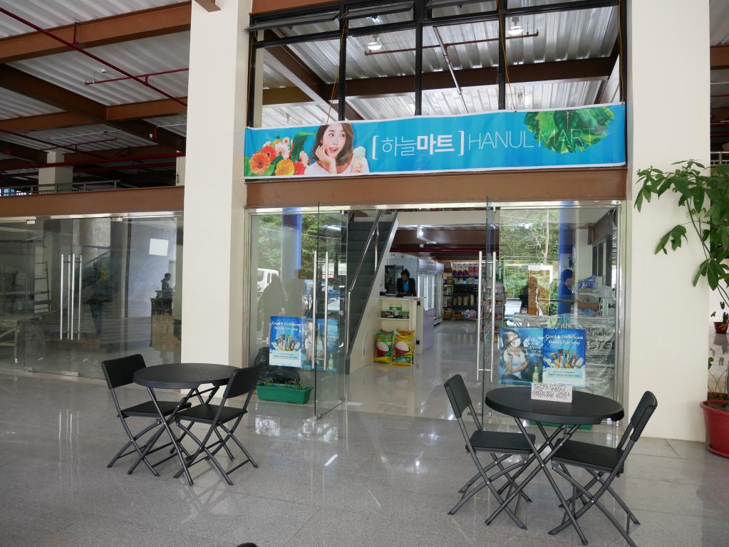 位於PINES主校區一樓的商場,韓式生活用品及零食販賣部。