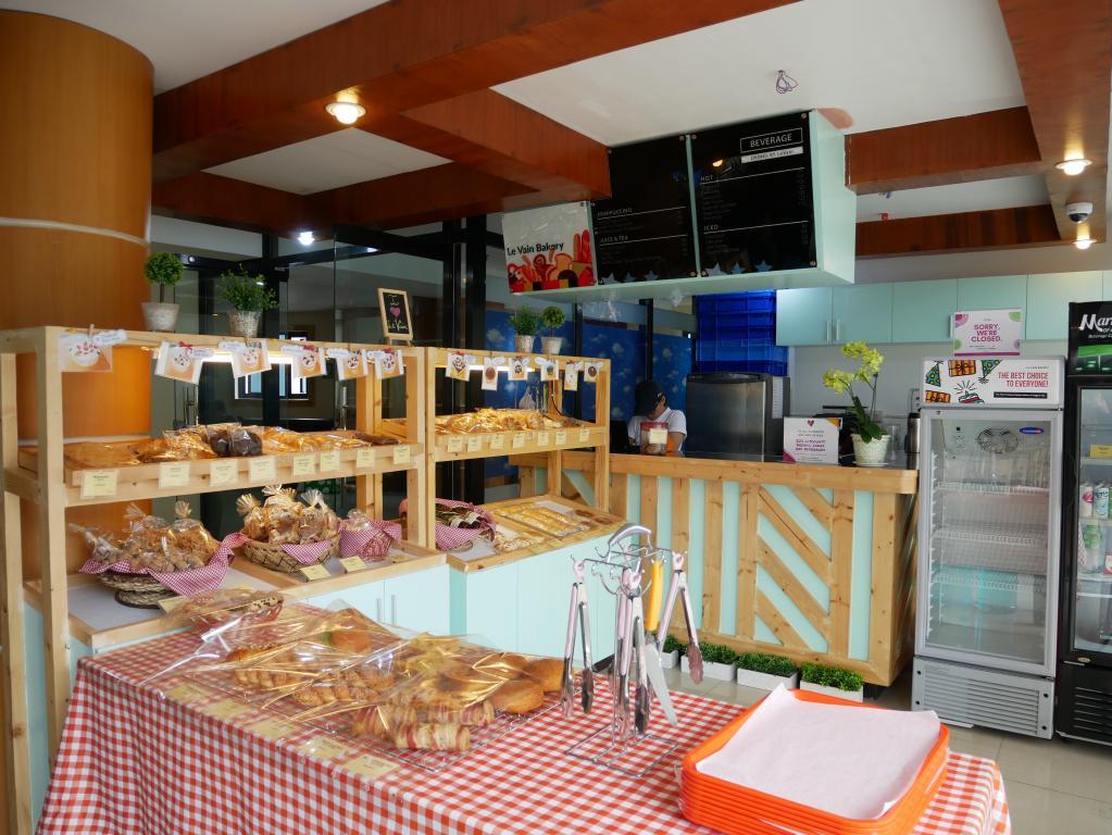 PINES主校區位於三樓餐廳前的Cafe,琳瑯滿目的點心讓小衛肚子又餓了起來...