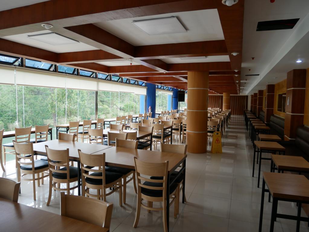 一整排的落地玻璃牆,在學生用餐之餘還不忘兼顧視覺享受 (對面是一整片的杉樹林)。